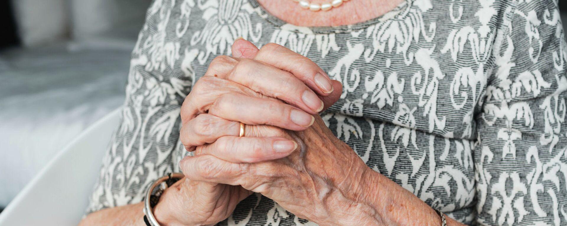 Руки пожилой женщины - Sputnik Армения, 1920, 19.01.2021