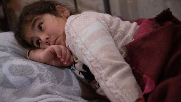 Девочка пытается уснуть в убежище в Степанакерте - Sputnik Արմենիա