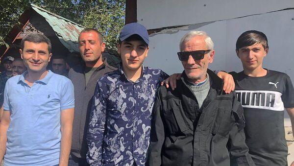 Внуки 68-летнего добровольца союза Еркрапа Володи Хачатряна провожают деда в Карабах (1 октября 2020). Гюмри - Sputnik Արմենիա