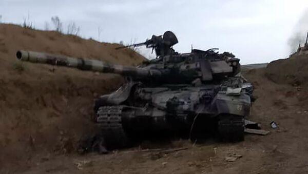 Подбитый армянскими силами танк Т-90 азербайджанской армии - Sputnik Армения