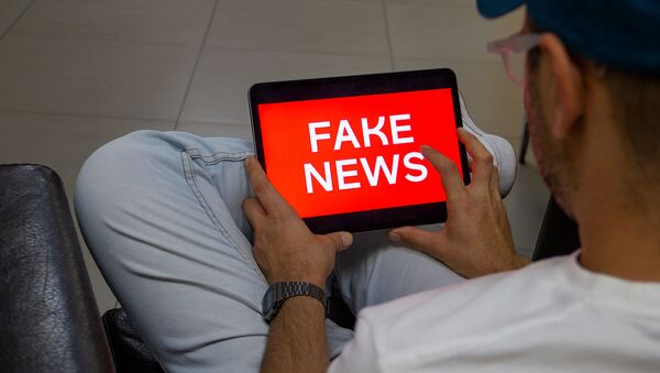 Пользователь читает fake news (постановочная фотография) - Sputnik Армения