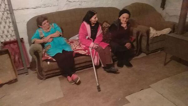 Женщины в бомбоубежище в Степанакерте готовят тушёнку на электроплитке - Sputnik Արմենիա