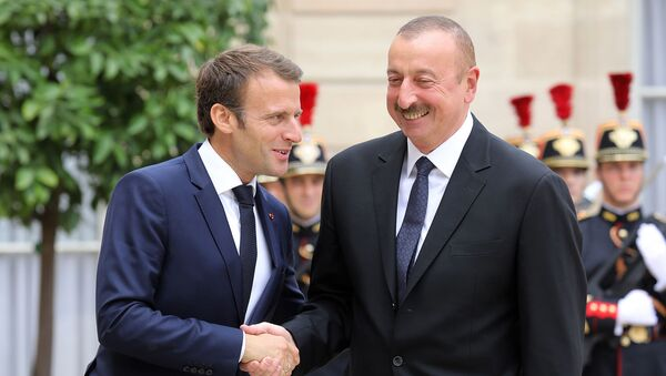 Президент Франции Эммануэль Макрон (слева) с президентом Азербайджана Ильхамом Алиевом на обеде в Елисейском президентском дворце (20 июля 2018). Париж - Sputnik Արմենիա