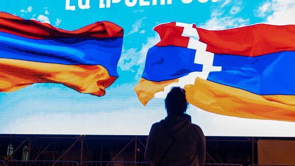 Установленный на площади Республики информационный экран (5 октября 2020). Еревaн - Sputnik Արմենիա