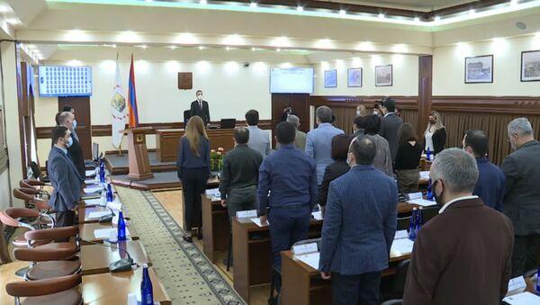 Очередной совет старейшин в мэрии начался минутой молчания (6 октября 2020). Еревaн - Sputnik Армения