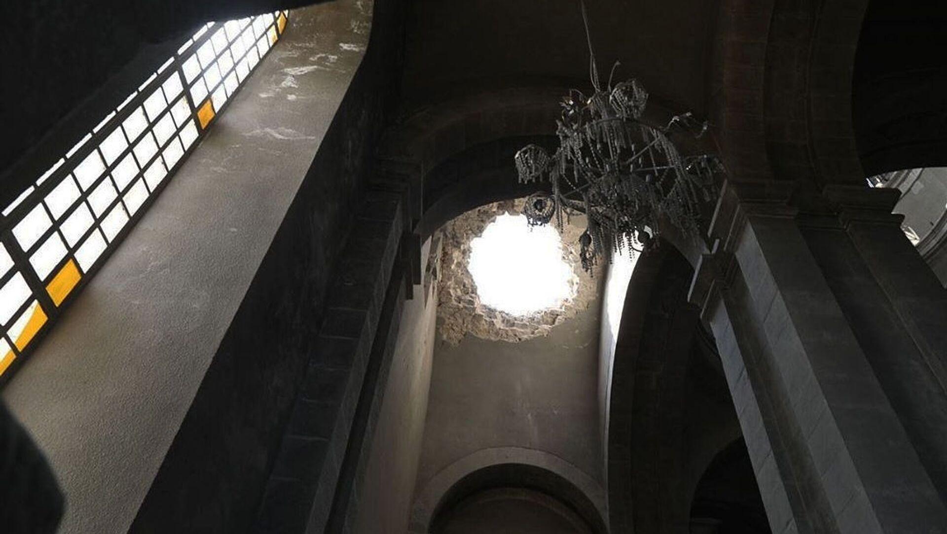 Попавший под обстрел Собор Сурб Казанчецоц в Шуши - Sputnik Արմենիա, 1920, 24.06.2021