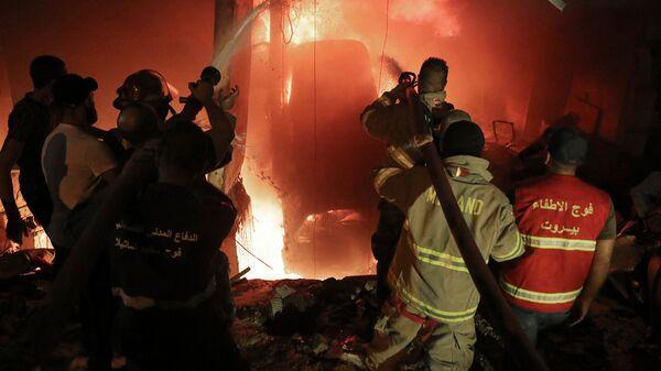 Пожарные тушат пожар в здании после взрыва дизельного бака в районе Тарик аль-Джадида в Бейруте (9 октября 2020). Ливан - Sputnik Армения