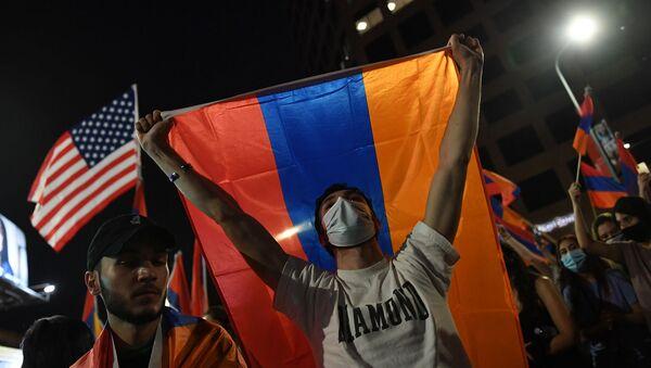Молодые люди с флагами Армении и США во время акции протеста армянской молодежной федерации у здания Генерального консульства Азербайджана в Лос-Анджелесе (30 сентября 2020). США - Sputnik Армения