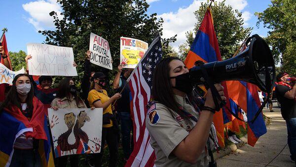 Акция протеста против конфликта в Карабахе и поддержки Турцией Азербайджана перед резиденцией турецкого посла в Вашингтоне, округ Колумбия (2 октября 2020). США - Sputnik Արմենիա
