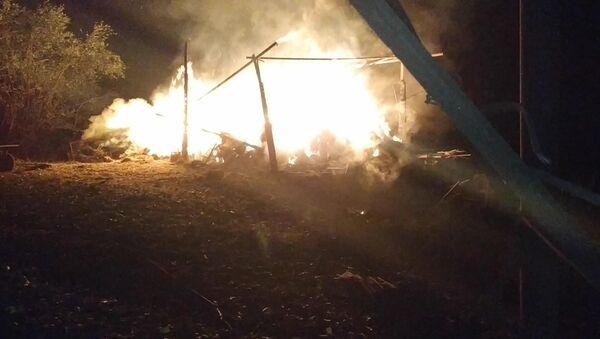Загоревшийся в результате удара ВС Азербайджана хлев частного дома в Степанакерте - Sputnik Армения