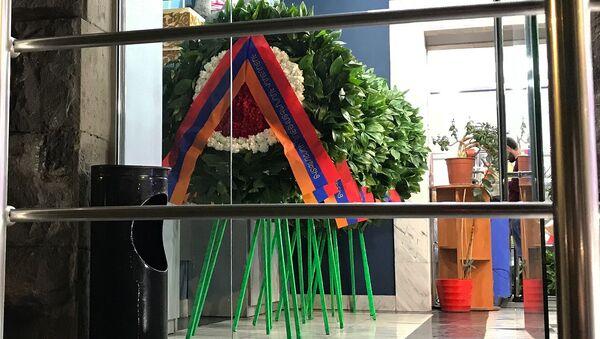 Венки от имени премьер-министра в цветочном магазине - Sputnik Армения