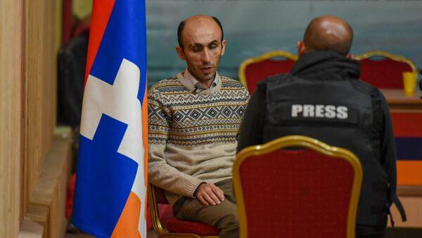 Защитник прав человека Карабаха Артак Бегларян во время интервью - Sputnik Արմենիա