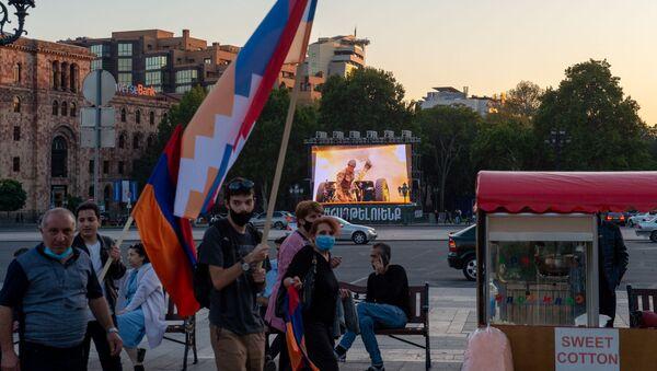 Участники акции в поддержку признания независимости Карабаха на площади Республики (13 октября 2020). Еревaн - Sputnik Արմենիա