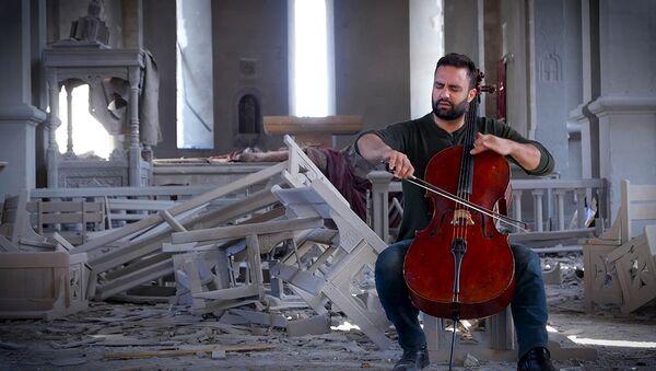 Бельгийский музыкант армянского происхождения сыграл на виолончели в разрушенном соборе в Шуши - Sputnik Արմենիա