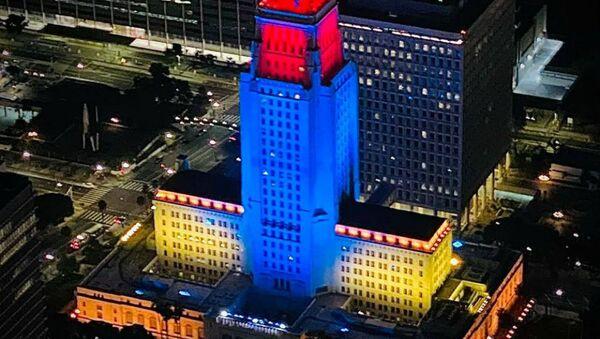 Небоскреб подсвечен цветами флага Карабаха, чтобы наглядно продемонстрировать солидарность Лос-Анджелеса с армянским народом (15 октября 2020). Калифорния - Sputnik Արմենիա