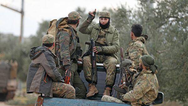 Поддерживаемые Турцией сирийские боевики в городе Сармин в 8 км к юго-востоку от города Идлиб (21 февраля 2020). Сирия - Sputnik Армения