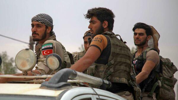Поддерживаемые Турцией сирийские боевики на окраине деревни Аль-Гандура, к северо-западу от Манбидж на севере сирийской провинции Алеппо (16 октября 2019). Сирия - Sputnik Արմենիա
