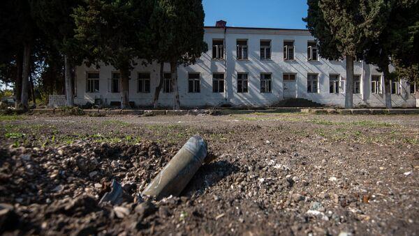 Осколки снарядов неподалеку от средней школы No2 в Мартуни, Карабах - Sputnik Армения
