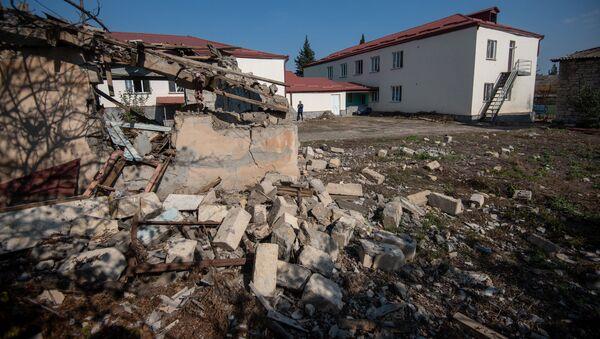 Сторожевая будка детского сада в Мартуни, Карабах, попавшего под обстрел - Sputnik Արմենիա