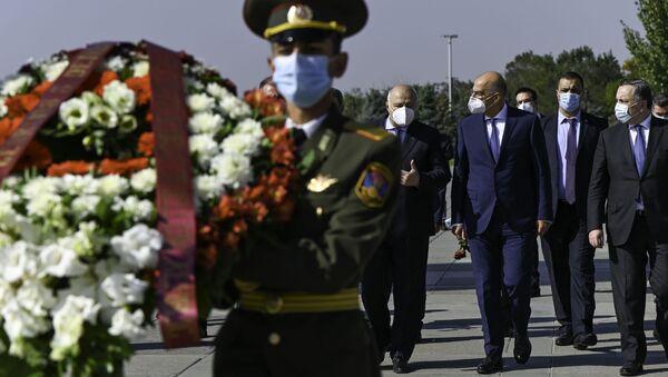 Министр иностранных дел Греции Никос Дендиас в мемориальном комплексе Цицернакаберд (16 октября 2020). Еревaн - Sputnik Армения