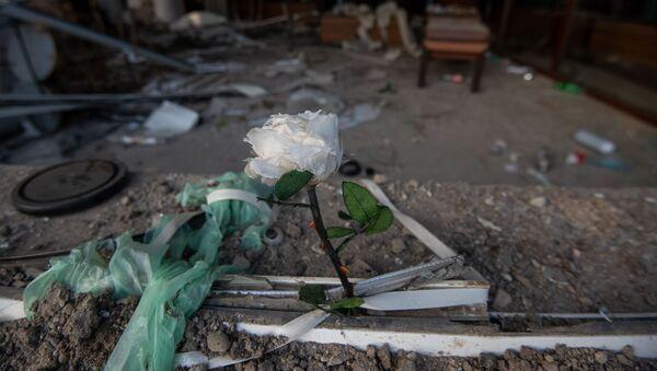 Пострадавший от обстрелов ВС Азербайджана магазин для новобрачных в Степанакерте, Карабах - Sputnik Արմենիա
