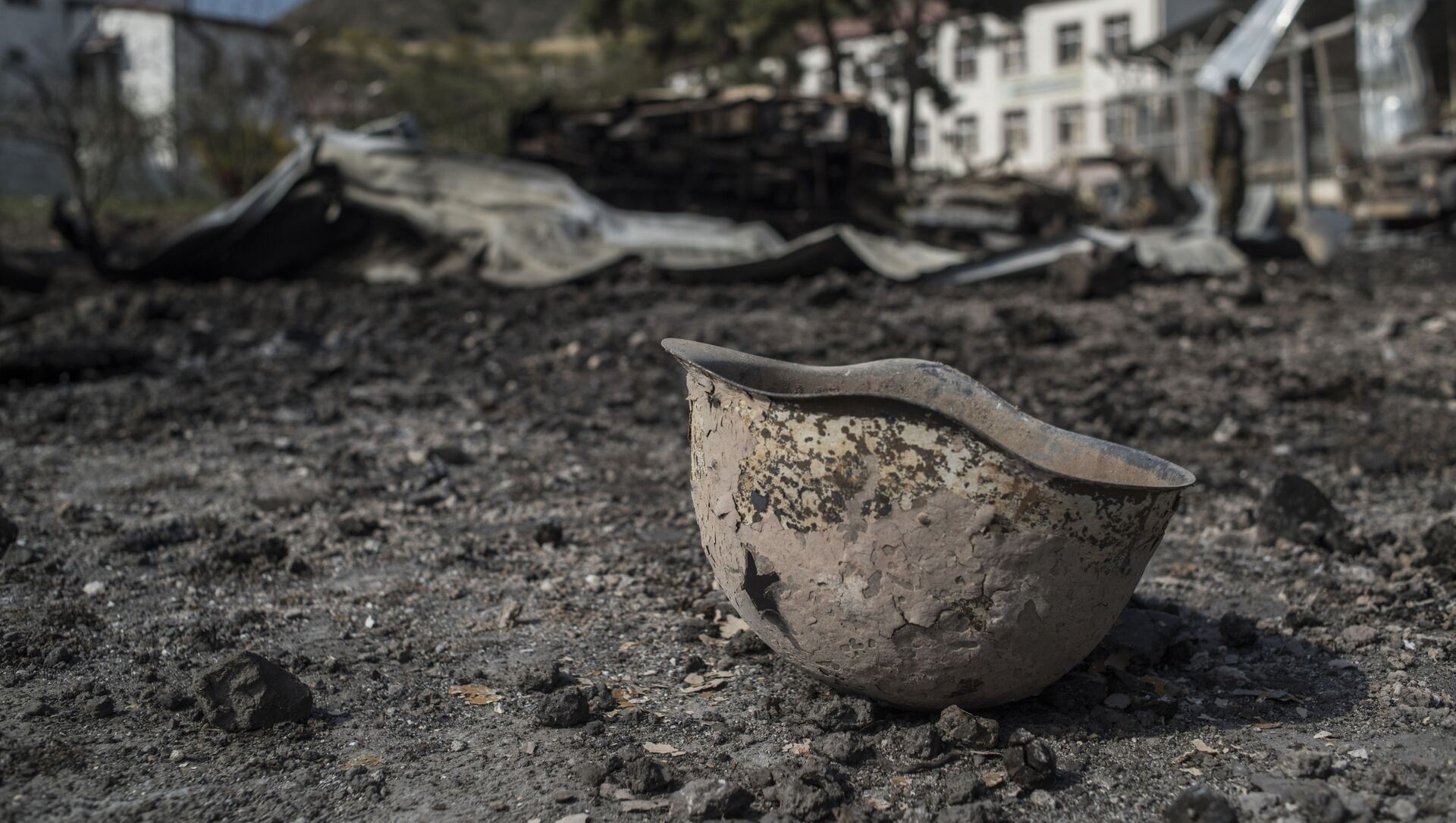 Пробитая каска на территории у госпиталя в Мартакерте, разрушенного в результате обстрела. - Sputnik Армения, 1920, 08.04.2021