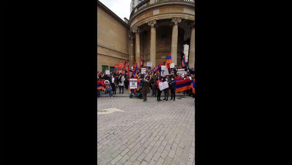 Протесты армянской диаспоры против военной агрессии Азербайджана в Лондоне - Sputnik Армения