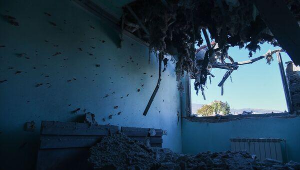 Последствия ночного ракетного обстрела Степанакерта (17 октября 2020). Карабах - Sputnik Армения