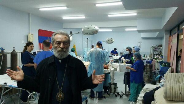 Настоятель Арцахской епархии архиепископ Паргев Мартиросян вновь посетил военный госпиталь и встретился с ранеными солдатами (18 октября 2020). Степанакерт - Sputnik Армения