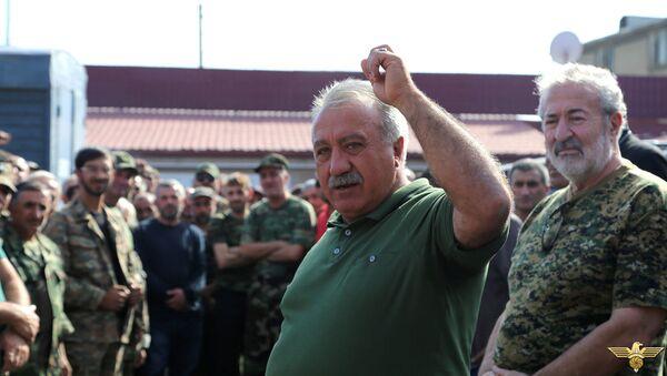 Глава союза добровольцев Еркрапа Сасун Микаелян отправляется на передовую (3 октября 2020). Еревaн - Sputnik Արմենիա