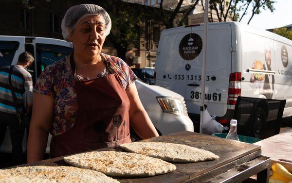 Ստեփանակերտցի կանայք Հյուսիսային պողոտայում ժենգյալով հաց են պատրաստում  - Sputnik Արմենիա