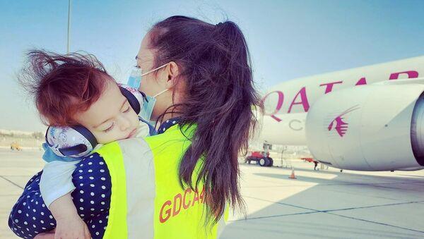 Глава гражданской авиации Татевик Ревазян с дочкой в аэропорту Звартноц (19 октября 2020). Еревaн - Sputnik Армения