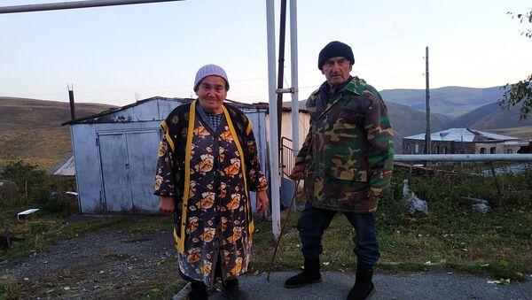 Жители села Семеновка бабушка Маруся и дедушка Гарник перечислили в Фонд страхования военнослужащих выручку от проданной коровы - Sputnik Արմենիա