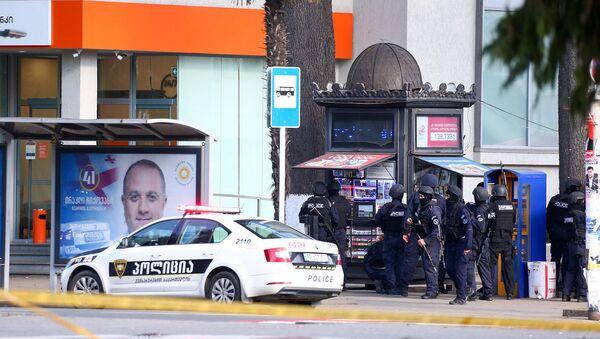 Сотрудники правоохранительных органов возле отделения банка, где неизвестный мужчина захватил заложников (21 октября 2020). Зугдиди - Sputnik Արմենիա