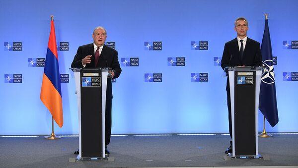 Совместная пресс-конференция президента Армении Армена Саркисяна и генерального секретаря НАТО Йенса Столтенберга (21 октября 2020). Брюссель - Sputnik Армения