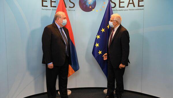 Президент Армении Армен Саркисян встретился с главой внешнеполитического ведомства ЕС Джозепом Борреллом (22 октября 2020). Брюссель - Sputnik Արմենիա