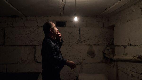 Мужчина в подвале жилого дома в Степанакерте (20 октября 2020). Карабах - Sputnik Արմենիա