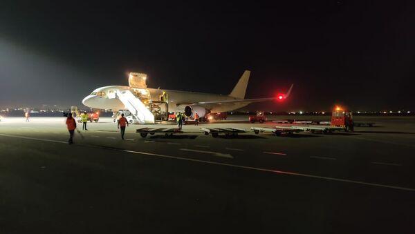 Самолет с гуманитарным грузом приземлился в аэропорту Звартноц (23 октября 2020). Еревaн - Sputnik Армения