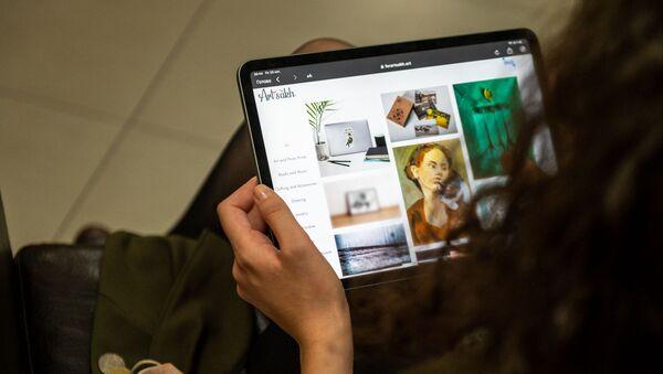 Девушка изучает сайт forartsakh.art - Sputnik Армения