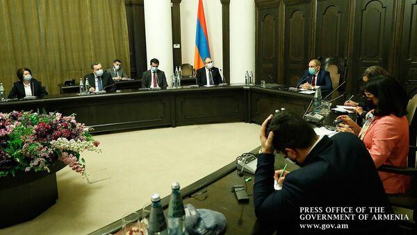 Премьер-министр Армении Никол Пашинян встретился с делегацией депутатов французского парламента (25 октября 2020). Еревaн - Sputnik Արմենիա