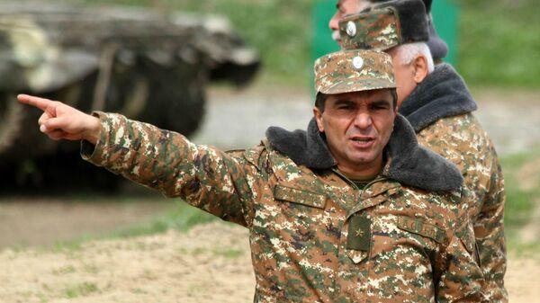 Генерал-майор Микаел Арзуманян на передовой - Sputnik Արմենիա