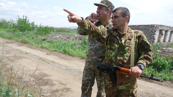 Генерал-майор Микаел Арзуманян на передовой - Sputnik Армения