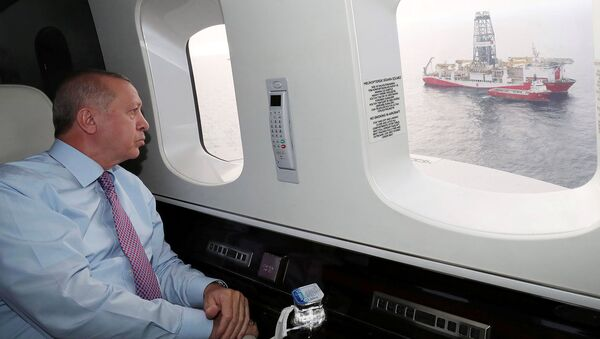 Президент Турции Реджеп Тайип Эрдоган смотрит на буровое судно Фатих со своего вертолета у берегов Черноморского города Зонгулдак (17 октября 2020). Турция - Sputnik Արմենիա