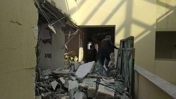 Последствия обстрела здания роддома в Степанакерте (28 октября 2020). Карабах - Sputnik Армения