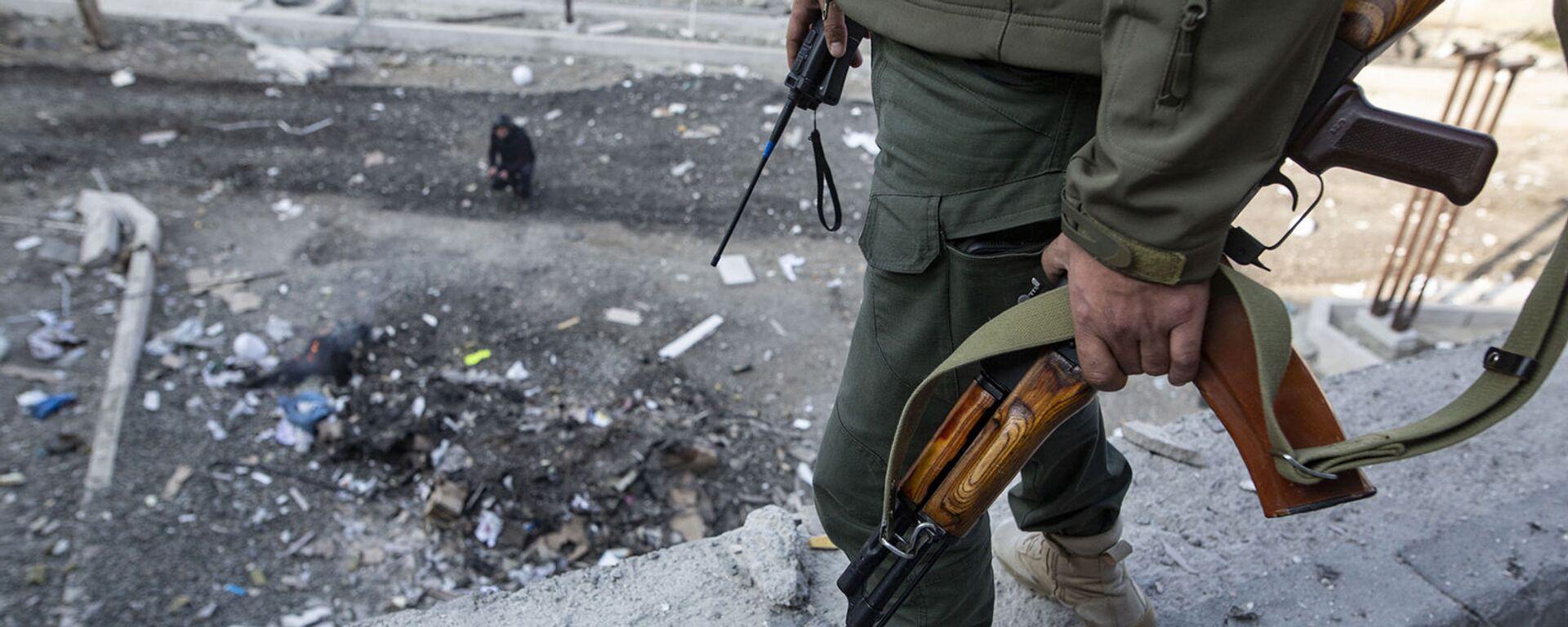 Мужчина на месте обстрела здания родильного дома в Степанакерте (28 октября 2020). Карабах - Sputnik Армения, 1920, 05.04.2021