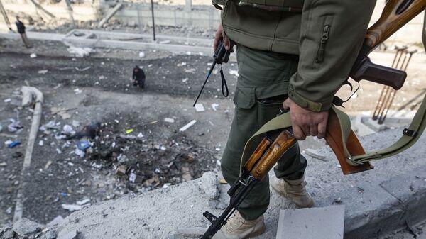 Мужчина на месте обстрела здания родильного дома в Степанакерте (28 октября 2020). Карабах - Sputnik Արմենիա