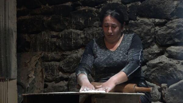 Жительницы села Тех пекут хлеб для воюющих в Карабахе солдат - Sputnik Армения