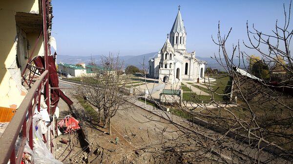 Вид на собор Сурб Аменапркич Казанчецоц с балкона дома, пострадавшего в результате обстрелов (29 октября 2020). Шуши - Sputnik Արմենիա