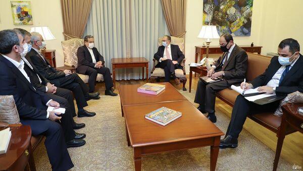 Министр иностранных дел Армении Зограб Мнацаканян встретился с заместителем министра иностранных дел Ирана Аббасом Аракчи (29 октября 2020). Еревaн - Sputnik Армения