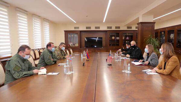 Министр обороны Армении Давид Тоноян встретился с ЧП послом США Линн Трейси (30 октября 2020). Еревaн - Sputnik Արմենիա